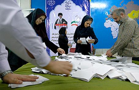 Подсчет голосов на одном из избирательных участков в Тегеране, Иран.