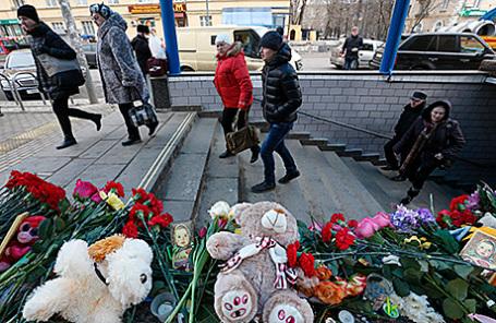 Цветы в память об убитом ребенке у входа на станцию метро «Октябрьское поле».