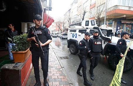 На месте терракта около полицейского участка в Стамбуле.