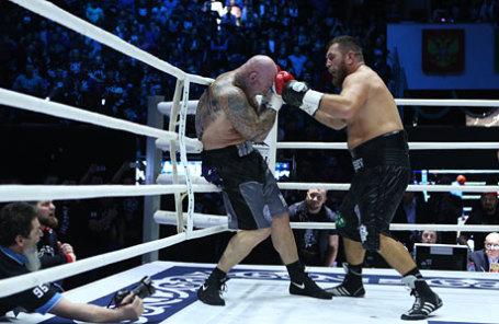 Австралийский боксер Лукас Браун и узбекский боксер Руслан Чагаев (слева направо).