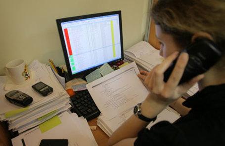 Сотрудник коллекторского агентства во время работы.
