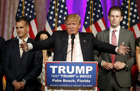 Дональд Трамп (в центре).