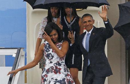 Президент США Барак Обама с супругой Мишель и дочерьми после прибытия в аэропорт Гаваны.