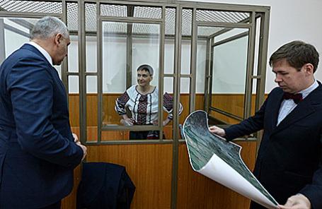 Надежда Савченко (в центре) в Донецком областном суде.