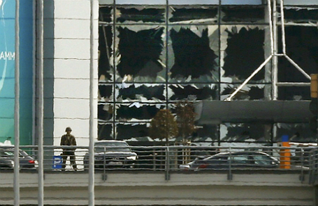 Разбитые окна здания аэропорта в Брюсселе.