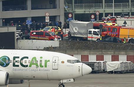 Экстренные службы в аэропорту Брюсселя, где прогремели взрывы.