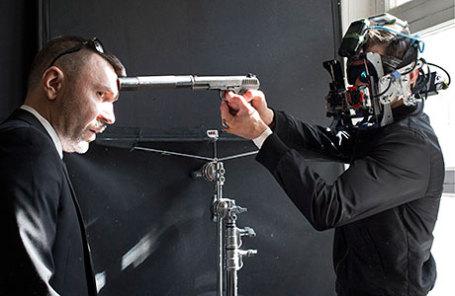 Музыкант Сергей Шнуров в роли начальника охраны и актер Андрей Дементьев (слева направо) во время съемок «Хардкор» режиссера Ильи Найшуллера.