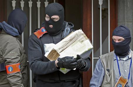 Брюссельская полиция выносит подозрительный пакет из здания в Андерлехте.