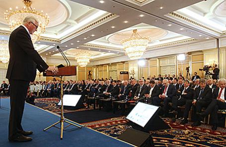 Президент Российского союза промышленников и предпринимателей (РСПП) Александр Шохин (слева) на съезде Российского союза промышленников и предпринимателей в Москве, 24 марта 2016.