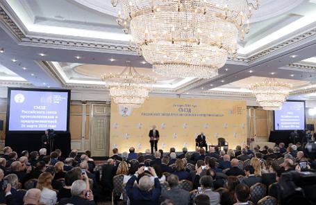 Президент РФ Владимир Путин (в центре на дальнем плане) во время выступления на съезде Российского союза промышленников и предпринимателей, который проходит в рамках IX Недели российского бизнеса.