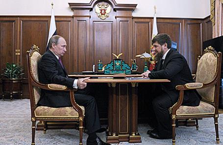 Президент России Владимир Путин и исполняющий обязанности главы Чечни Рамзан Кадыров (слева направо) во время встречи в Кремле, 25 марта 2016.