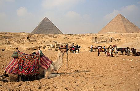 Туристы у пирамид Гизы.