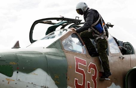 Штурмовик Су-25, входящий в состав авиационной группировки Воздушно-космических сил России, перед вылетом с авиабазы Хмеймим в пункты постоянного базирования на территории России.
