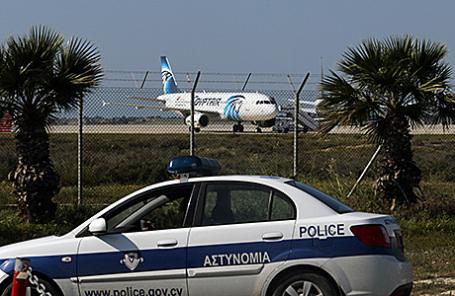 Угнанный самолет в аэропорту Ларнаки, Кипр, 29 марта 2016.