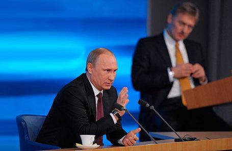 Президент России Владимир Путин и пресс-секретарь президента РФ Дмитрий Песков (слева направо).