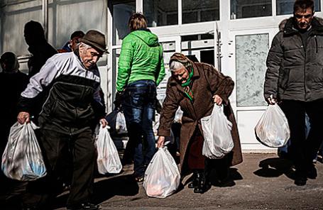 Выдача гуманитарной помощи в Донецке.