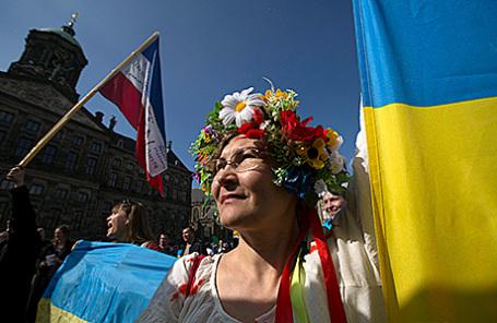 Украинская женщина на демонстрации перед референдумом в Амстердаме, Нидерланды.