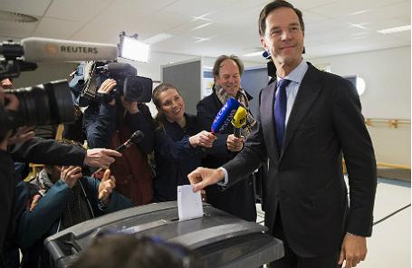 Премьер-министр Нидерландов Марк Рютте голосует на референдуме об ассоциации Украины и ЕС.