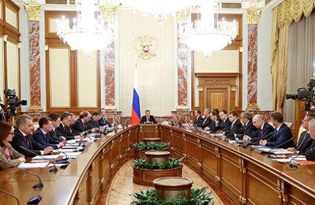Премьер-министр РФ Дмитрий Медведев (в центре) на заседании кабинета министров РФ в Доме правительства РФ.