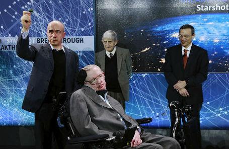 Юрий Мильнер, физики Фримен Дайсон, Ави Леб и Стивен Хокинг на презентации Breakthrough Starshot в Нью-Йорке, 12 апреля 2016 года.