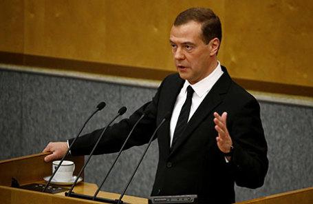 Премьер-министр РФ Дмитрий Медведев (слева) на пленарном заседании Госдумы РФ.