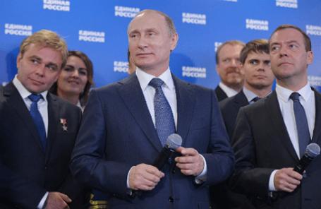 Президент России Владимир Путин (в центре) и премьер-министр России Дмитрий Медведев (справа) во время всероссийской видеоконференции для всех участников предварительного голосования (праймериз) по отбору кандидатов от партии