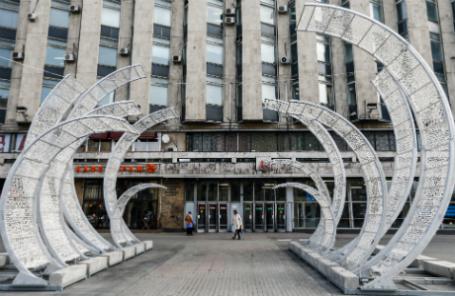 Арт-объект «Лотос», установленный в рамках фестиваля «Московская весна» у входа на станцию метро «Пушкинская».
