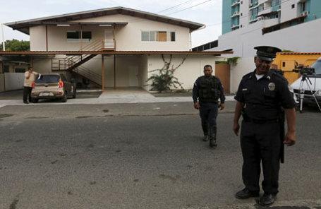 Сотрудники полиции стоят около представительства панамской компании Mossack Fonseca.