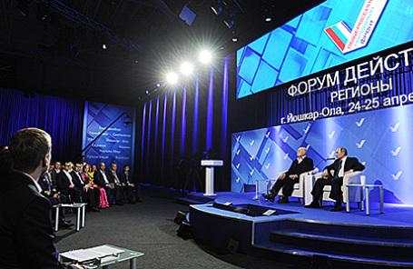 Президент России Владимир Путин, сопредседатель Центрального штаба ОНФ, режиссер Cтанислав Говорухин (справа налево) на пленарном заседании ОНФ в Йошкар-Оле, 25 апреля 2016.