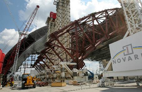 Вид на строительную площадку нового саркофага для четвертого энергоблока Чернобыльской АЭС, на которой произошла авария в ночь с 25 на 26 апреля 1986 года.