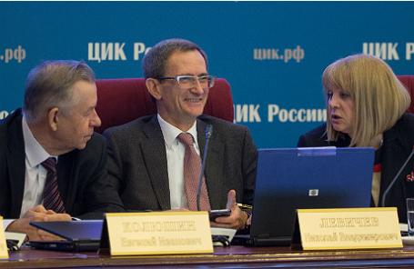 Члены ЦИК РФ Евгений Колюшин, Николай Левичев (слева направо) и Элла Памфилова, избранная председателем Центризбиркома РФ.