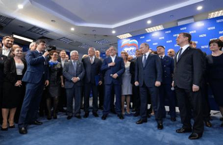 Президент России Владимир Путин (второй справа на первом плане) и премьер-министр России Дмитрий Медведев (справа на первом плане) во время всероссийской видеоконференции для всех участников предварительного голосования (праймериз) по отбору кандидатов от партии
