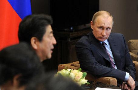 Президент России Владимир Путин (справа) и премьер-министр Японии Синдзо Абэ (слева) во время встречи.