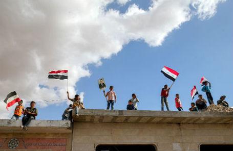 Сирийцы перед раздачей гуманитарной помощи от России в лагере внутренне перемещенных лиц у города Хама.