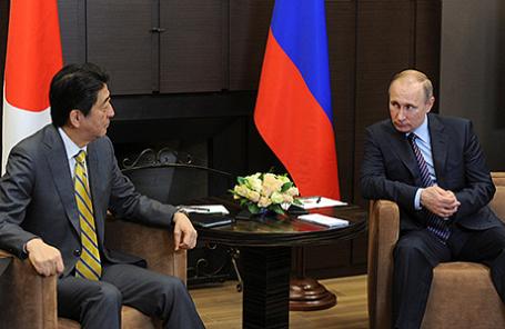 Премьер-министр Японии Синдзо Абэ и президент России Владимир Путин (слева направо) во время встречи в Сочи, 6 мая 2016.