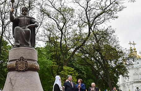 Президент Украины Петр Порошенко (второй слева) во время церемонии открытия памятника гетману Ивану Мазепе в Полтаве, 7 мая 2016.