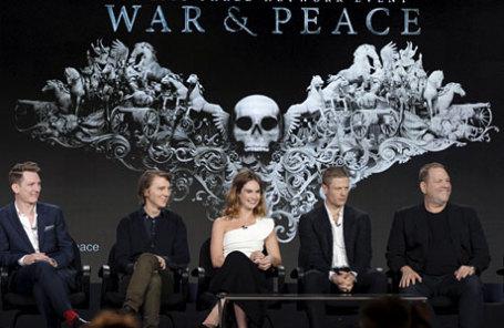 Режиссер Том Харпер, исполнительный продюсер Харви Вайнштейн (справа) и актеры Пол Дано (второй слева), Лили Джеймс и Джеймс Нортон (второй справа).
