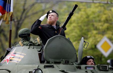 Военнослужащий армии ДНР с позывным «Моторола» Арсен Павлов во время военного парада в Донецке, посвященного 71-й годовщине Победы в Великой Отечественной войне.