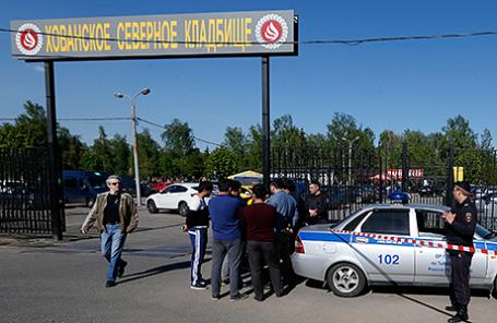 Полиция у входа на Хованское кладбище, где в результате массовой драки со стрельбой погибли люди. 14 мая 2016
