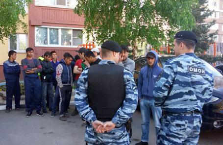 Задержанные после драки на Хованском кладбище в ОВД «Коммунарский».