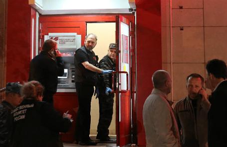 У отделения Московского кредитного банка на улице Первомайской, дом 5, где уроженец Московской области Алексей Ухин захватил шестерых заложников.