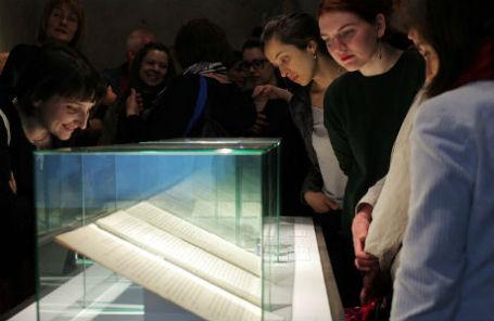 Первые гости выставки «Рукописи не горят».