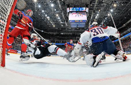Игроки сборной России Иван Телегин (слева), вратарь сборной США Майк Кондон (справа) в матче за 3-е место чемпионата мира по хоккею между сборными командами России и США.