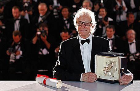 Режиссер Кен Лоуч со своей наградой на Каннском кинофестивале.