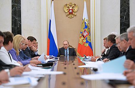 Президент РФ Владимир Путин (в центре) на заседании президиума Экономического совета в Кремле, 25 мая 2016.