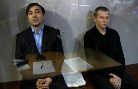 Граждане России Евгений Ерофеев и Александр Александров (слева направо), обвиняемые в ряде военных преступлений на территории Украины, во время рассмотрения дела по существу в Голосеевском суде.
