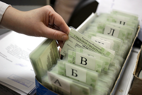 Страховые свидетельства обязательного пенсионного страхования (СНИЛС) в одном из отделений Пенсионного фонда России.