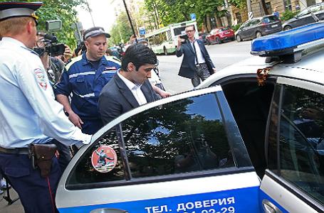 Руслан Шамсуаров (в центре) садится в автомобиль полиции у здания Гагаринского суда.
