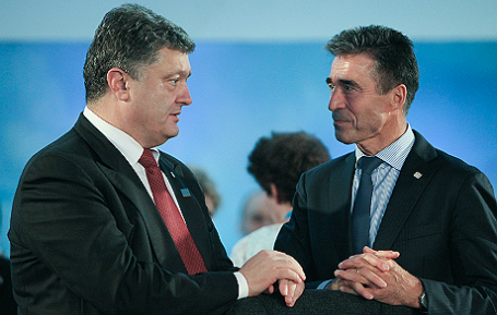 Президент Украины Петр Порошенко и бывший генеральный секретарь НАТО Андерс Фог Расмуссен (слева направо).