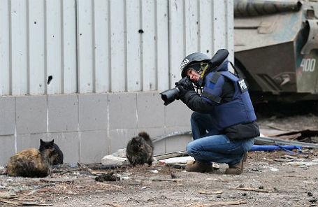 Журналистка на территории разрушенного аэропорта Донецка.